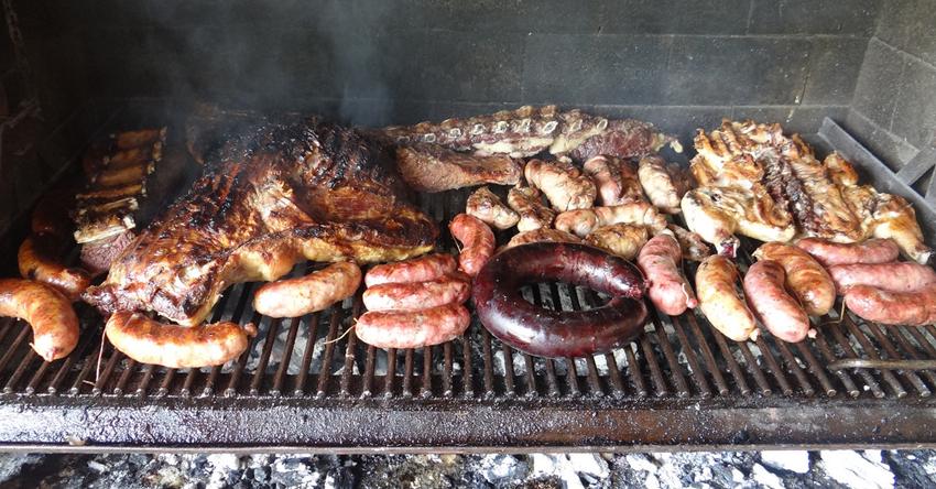 Cocinar asado argentino en barbacoas prefabricadas