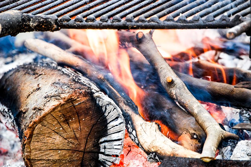Cocinar con brasas en una barbacoa de piedra barbacoas - Barbacoa de piedra ...